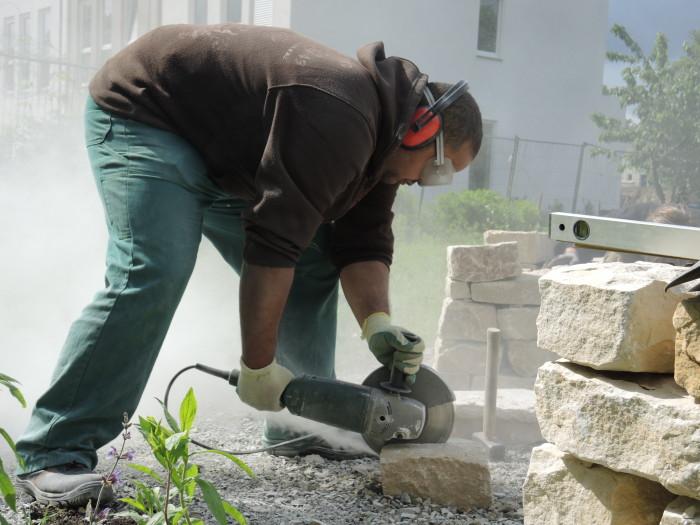 Zurechtschneiden der Steine für Trockenmauer