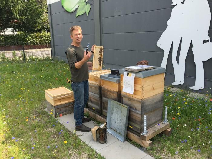 Bienenliebe: Unser Imker Christian im Juli bei seiner Arbeit.