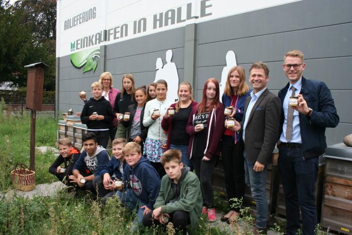 """Wissbegierig: Die achte Klasse unserer Realschule in Halle zu Besuch beim """"Bienen Speicher ..."""