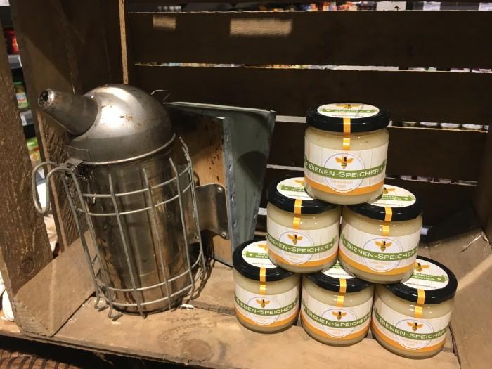 Unser ganzer Stolz: Der erste Honig von unseren Bienen steht zum Verkauf bereit!