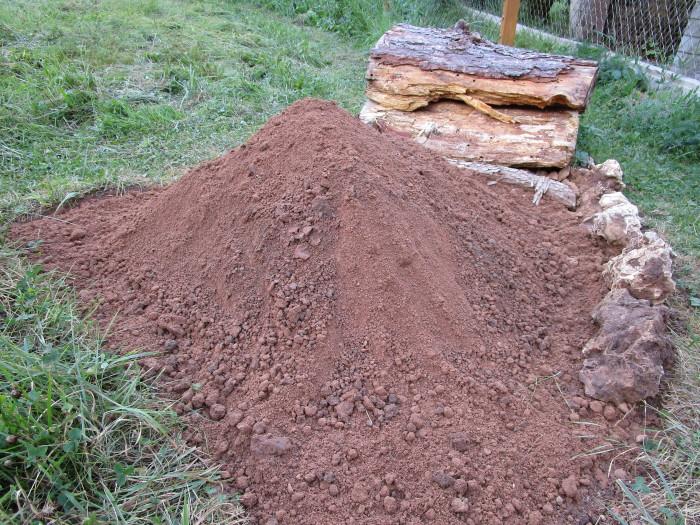 Sand/Lehm-Haufen für Wildbienen.