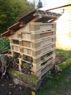 Fertiges Insektenhochhaus Süd- und Ostseite