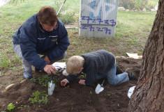 Ferienkinder halfen bei der Pflanzaktion im PlattenPark im Mueßer Holz von Schwerin.
