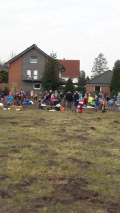 Eine ganze Menge Grundschulkinder aktiv beim Einsäen