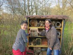 Christine und Annette präsentieren den Bienen ihr neues Zuhause