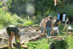 Bau der Einfassung für die Kiesbeete mit alten Ziegelsteinen