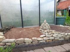 Das Sandarium im Garten am Haus.