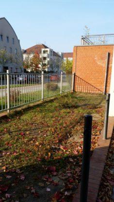 freie Fläche zwischen Turnhalle und Schulgebäude rechte Seite – Gesamtansicht