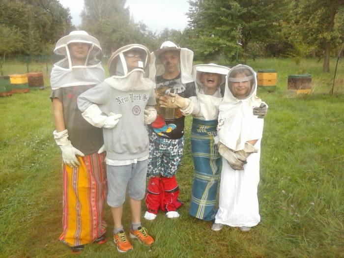 Wir wagen uns zu den Bienen… mutig wie wir sind.