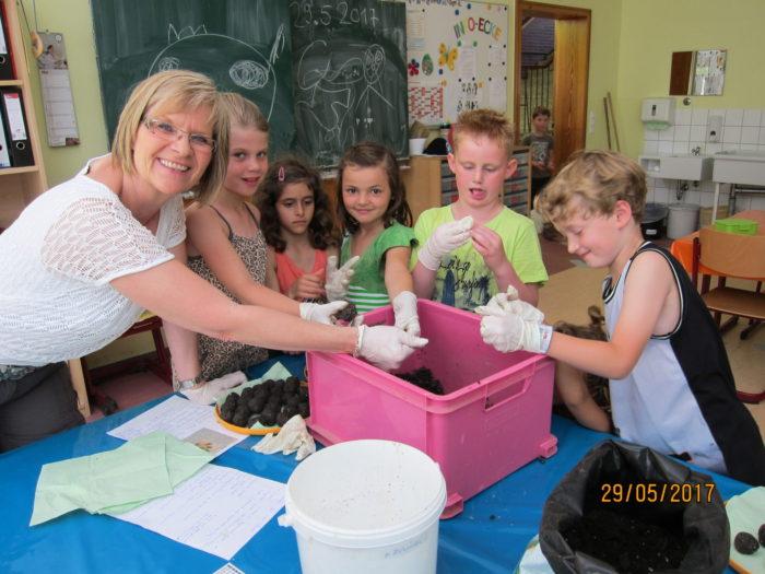 Die Kinder der Grundschulbetreuung kneten Samenbomben und haben sehr viel Spass dabei! :)