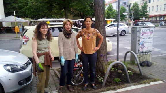 Stolze Gärtnerinnen vor der ersten gemeinsamen Baumscheibe