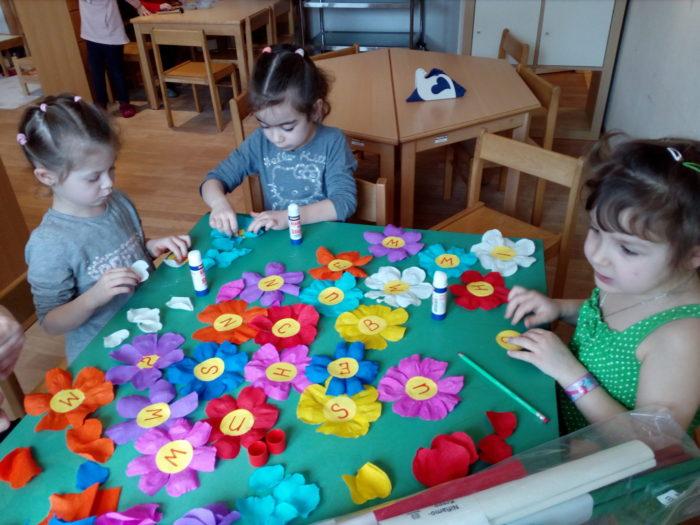 Die Kinder haben viel Spaß am basteln.