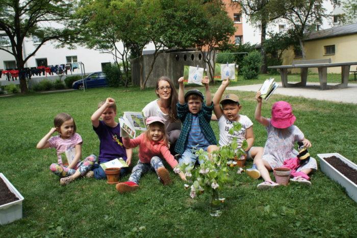 Fertig! Zum Abschluss bekommen die Kinder Blumensamen, Aufkleber, eine kleine Biene aus Filz und ...