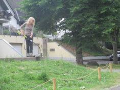 Nach der Aussaat muss das schneller wachsende Gras gemäht werden.