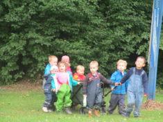 Regelmäßig rücken die Kitakinder mit Werkzeug und Wasser an, um die Pflanzen zu gießen und zu pf ...