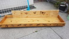 Kasten aus Holzresten zusammengesetzt