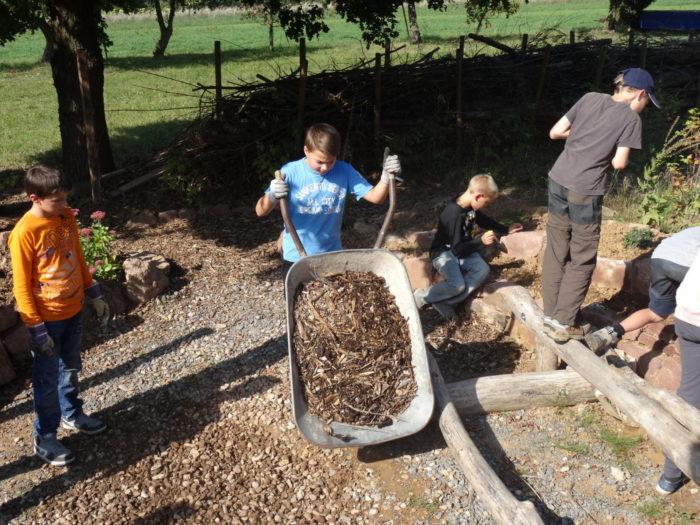 Auffüllen des Gartenrondells mit Holzmulch