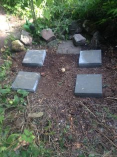 1. Schritt: Fundament mit kleinen Betonplatten