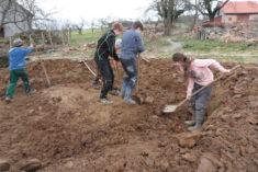 Harte Arbeit – für unser Gartenrondell muss erstmal Platz erarbeitet werden!