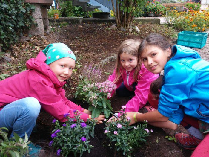 Emma, Jolie und Ilaria freuen sich, dass sie den Bienen durch das Pflanzen von verschiedenen blü ...