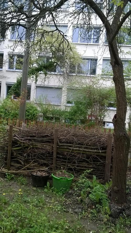 Totholz immer wichtig für Wildbienen, Käfer und Igel etc