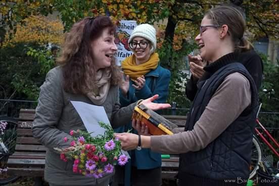 Blumenstrauß und Urkunde