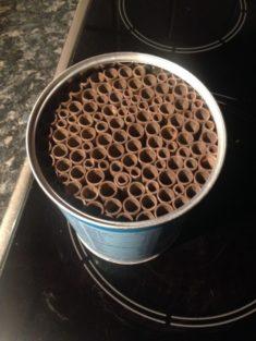 Dose mit Pappröhrchen
